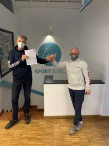Präsident des Squash Club Deisenhofen Michael Lankes und Leiter der Sport Insel Taufkirchen Frank Weber nach der Vertragsunterzeichnung